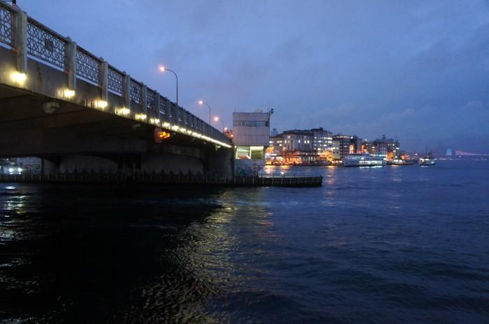 Судоходная часть Галатского моста (Золотой Рог — Босфор)