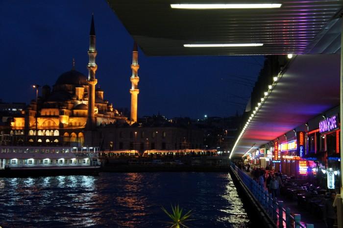 Вид на Новую Мечеть с нижней части Галатского моста