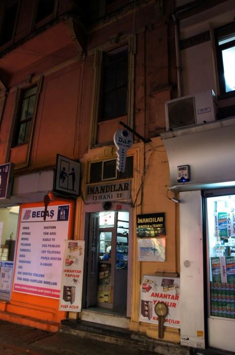 Но тут интересна не лавка, а пиктограмма. Может, в Стамбуле это обозначает сервис, но я увидел в этой вывеске что-то другое :)