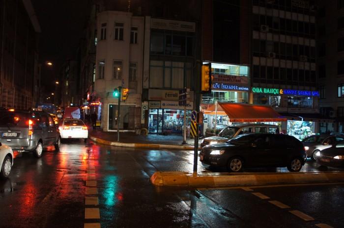 Машины на фото слева ехали медленнее, чем я шёл