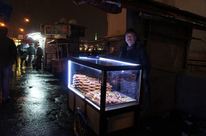 Продавец турецких сладостей с передвижным киоском-аквариумом