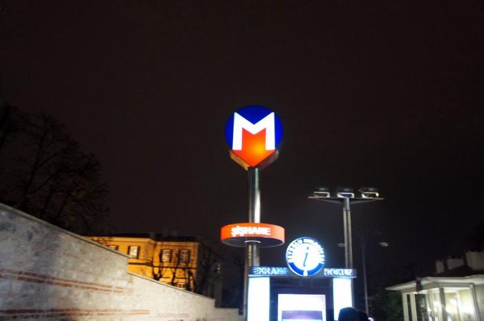 Буква М и стрелочка вниз, — сразу понятно, это спуск в подземный городской транспорт, метро