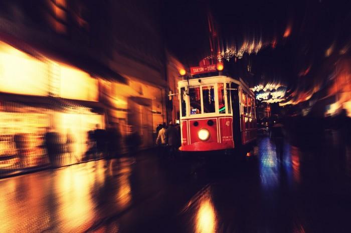 Старинный трамвай, который стал достопримечательностью на улице Истикляль в Стамбуле