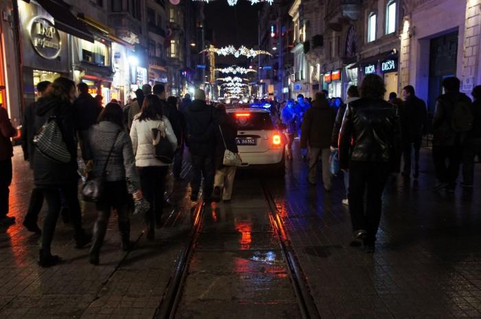 Полицейский Mini Cooper и много людей на улице Истикляль