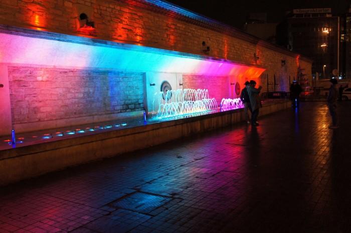 Красивый цветной фонтан на площади Таксим