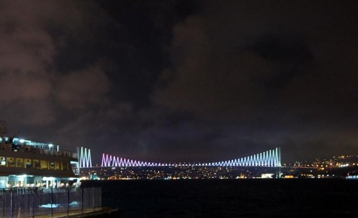 """На нижней станции фуникулёра """"Таксим - Кабаташ"""" можно чуть ближе увидеть известный мост Ататюрка через Босфор. Слева Европа, справа уже Азия"""