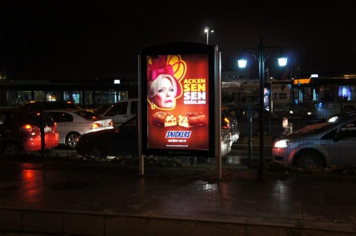 Смешная реклама у входа в скоростной трамвай. Возможно, это местная знаменитость