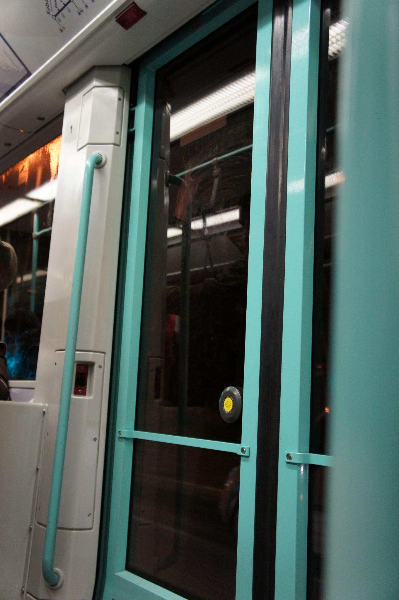 Японку в трамвае 24 фотография