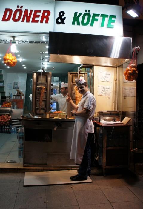 Я как и гостеприимный турок поднял большой палец ему в ответ. Если в Стамбуле увидите такую вывеску и решите сэкономить на ужине, не бойтесь. Проверенно: там  очень вкусно, и более чем недорого