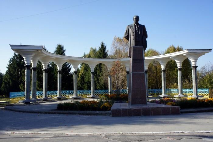 Памятник Шевченко возле центрального городского парка Хмельника смотрится актуальнее и лучше всяких Лениных