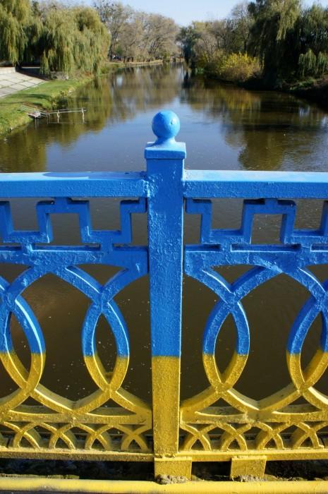 Вид по другую сторону моста через Южный Буг в Хмельнике. Кстати, в Украине сейчас все мосты, что я видел окрашены в стиле украинского флага