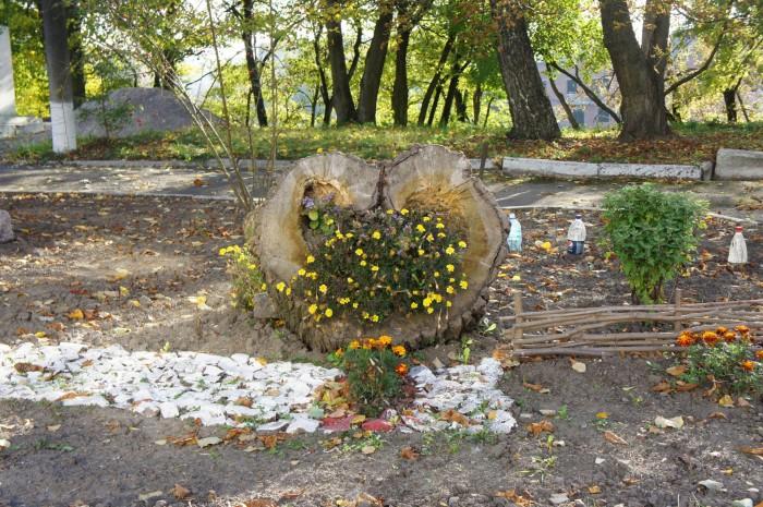 Влюблённые оценят дерево-цветник в виде сердечка
