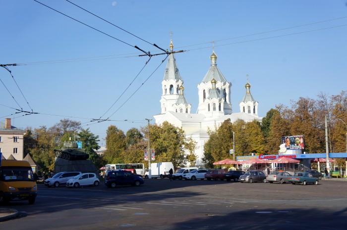 В Житомире очень много церквей с абсолютно разным оформлением. Пока мы были на площади неподалёку, с этой церкви через усилители доносилась воскресная молитва на украинском языке. Внимательный читатель увидит украинский флаг на танке, стоящем на монументе.