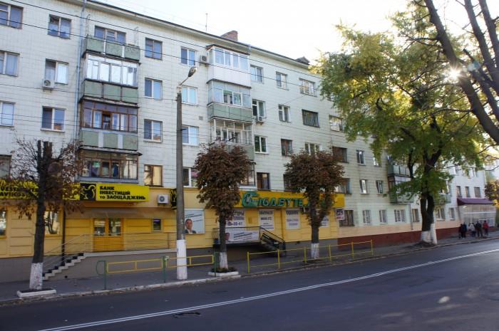 В центре города можно встретить много стандартных для советской постройки домов