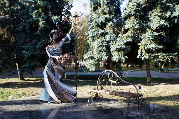 Железные памятники как в Ивано-Франковске, а голубые ели как в Николаеве