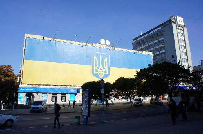 Занавеска для здания в стадии ремонта напомнила Киев, правда тут, конечно без трагической предыстории