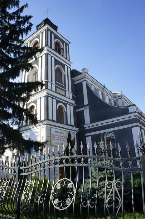 По архитектуре стало понятно, что это — костёл (или католическая церковь)
