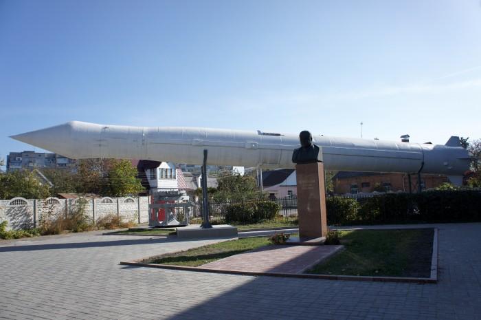 Две ракеты встречают на входе в музей Космонавтики. Одна в транспортируемом положении, вторая в вертикальном, готовая к старту так сказать...