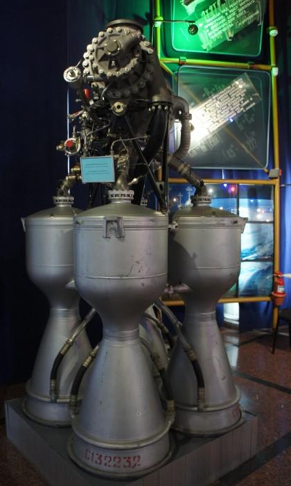 """Нет, это не киборг стоящий на троне, и не """"разведчик"""" из Матрицы. Это всего лишь ракетный двигатель"""