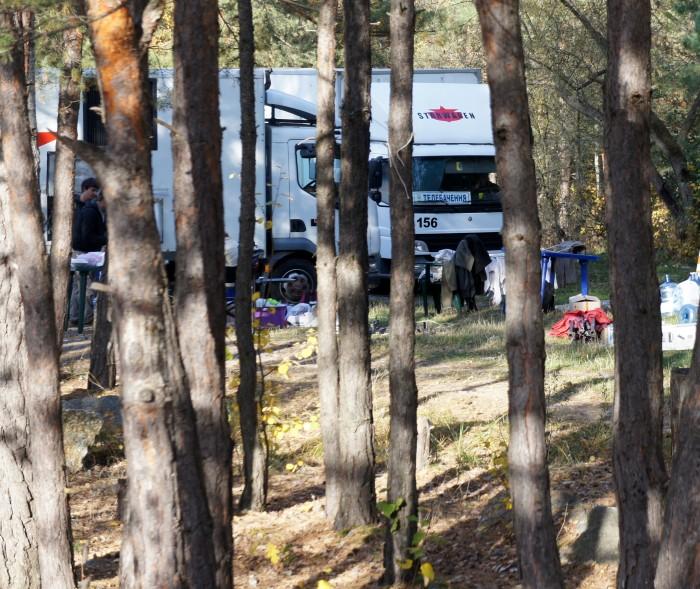 Один из телевизионных фургонов на поляне возле озера