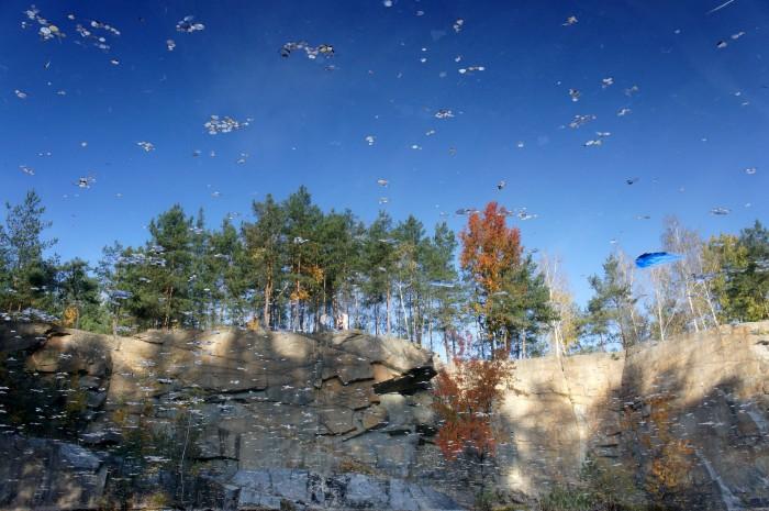 Представьте, что это не отражение в чистейшей воде озера, а то, что у нас в воздухе над головой. Хочется такое видеть поднимая голову вверх?