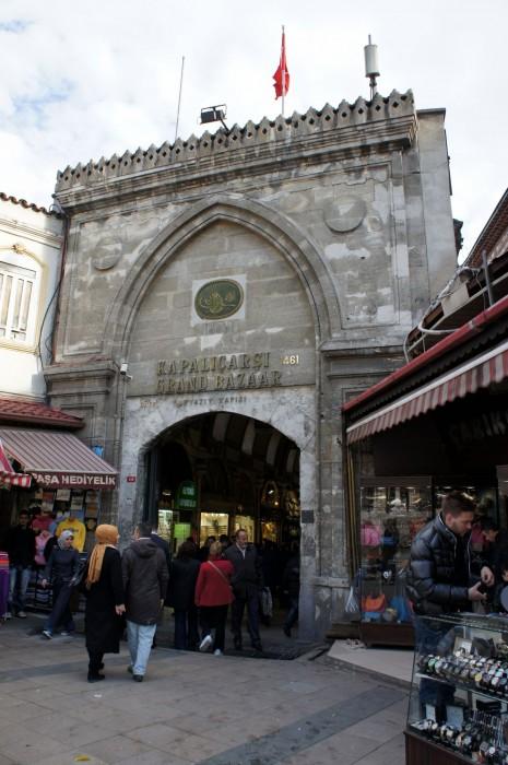 Один из входов в Гранд Базар, через который мы попали в мир турецкой торговли