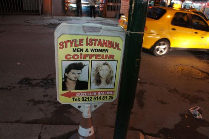 Стамбульская уличная реклама: хотите мы вам растянем лицо (как на фото), или почти Веру Брежневу из вас сделаем...