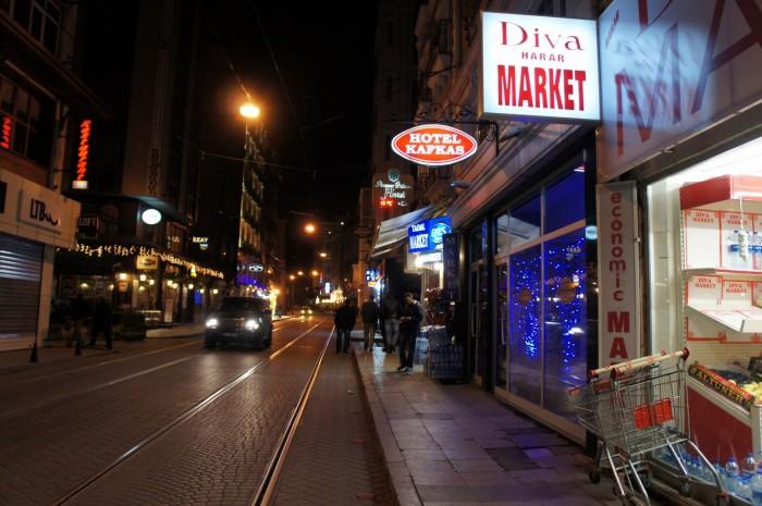 Если у магазина ночью светится боковая вывеска, значит этот магазин ещё работает
