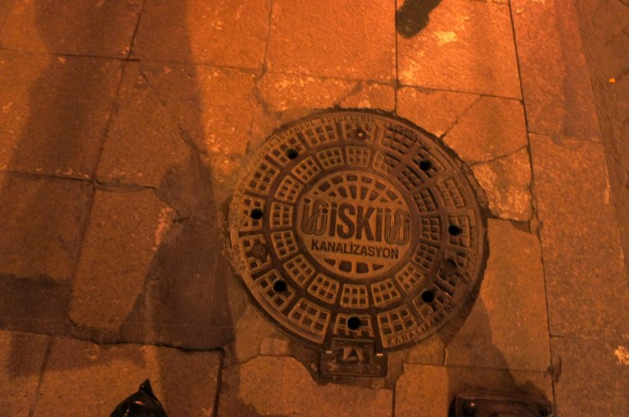 """Ночью, почему-то я прочитал название этого канализационного люка как """"Вискас"""""""