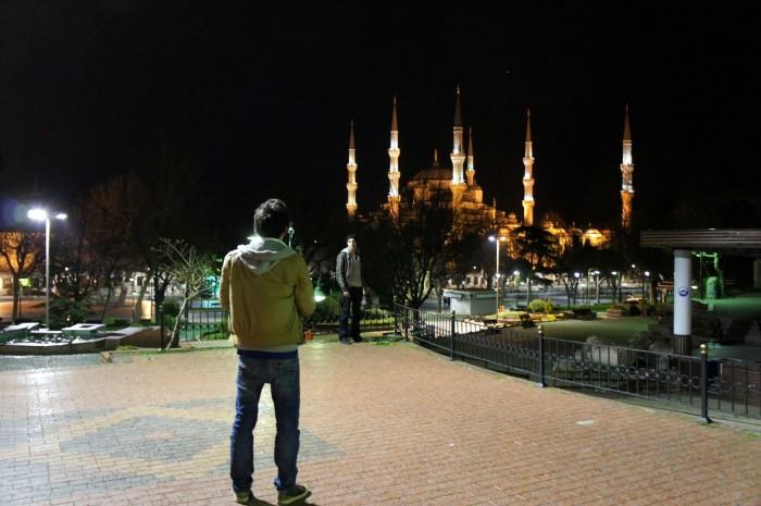 Сфоткал француза, фотографирующего своего друга на фоне Голубой мечети в Стамбуле