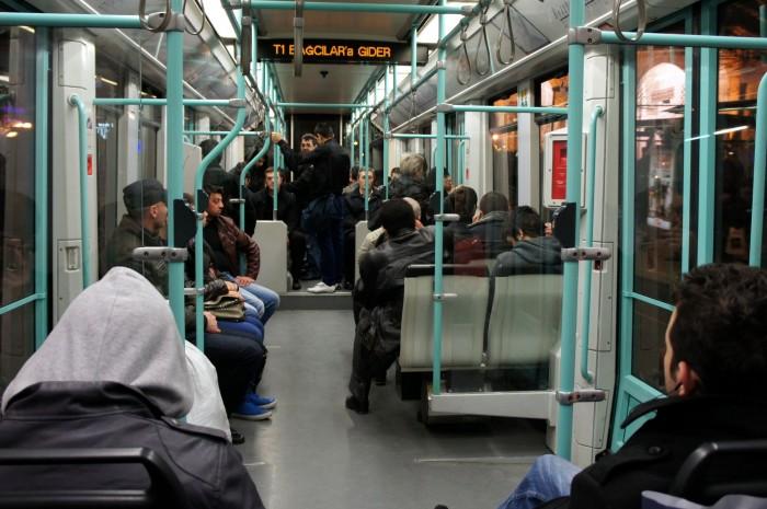 Ночью в трамвае значительно больше местных жителей, чем туристов