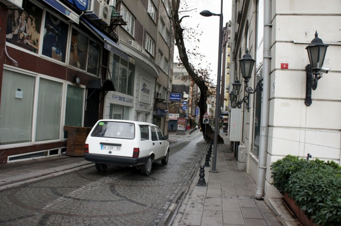 Осторожно! Низкое дерево над дорогой. В Стамбуле ставят дорожные знаки, но не обрезают дерево