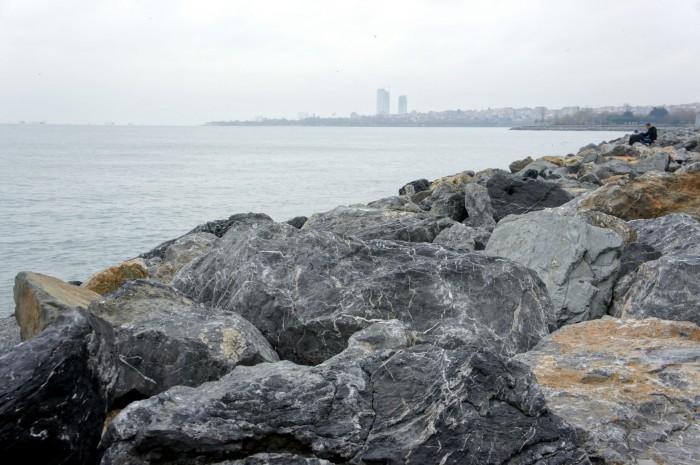 Вот оно, Мраморное море на портовой набережной Стамбула