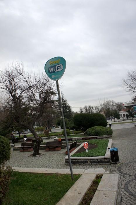 """Free Wi-Fi в парке. При виде этой надписи большинство людей перестанут наслаждаться окрестностями, и начнут """"рукофонить"""". Как это? Пару дней без инстаграмма, фейсбука... Ещё и бесплатно..."""