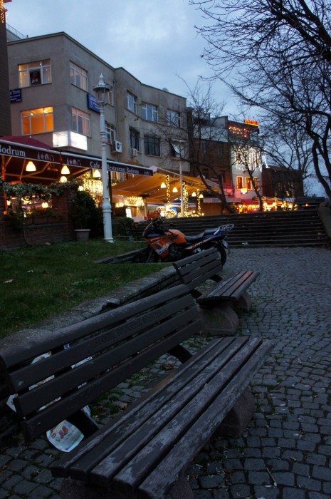 Турецкие пустые скамейки в декабре на закате Солнца