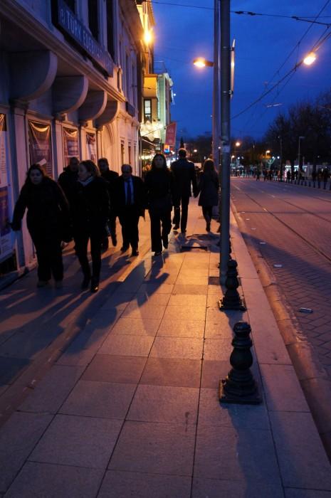 Прохожие в Стамбуле без вспышки